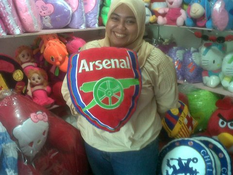 bantal bola arsenal