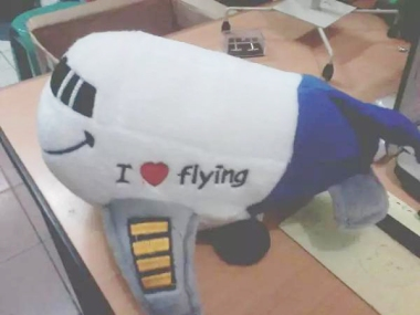 boneka miniatur pesawat terbang