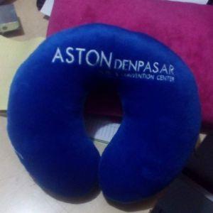 souvenir-bantal-leher-hotel-aston-biru